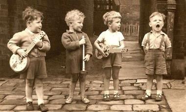 4 enfants jouent et chantent